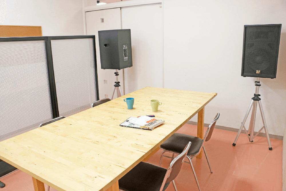 神戸・三宮のコワーキングスペース、レンタルスペース会議室202(打ち合わせ室)-2