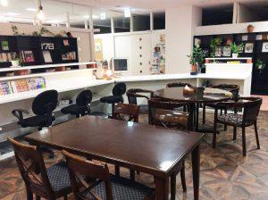 コワーキングスペースのブラウン机|三宮神戸エリアのレンタルスペース会議室